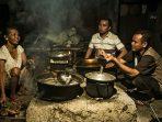 Bersama Lik Warni dan Mas Sri berdialog diatas tungku pembuatan gula jawa. (Foto: Hardiantono/tOekangpoto)