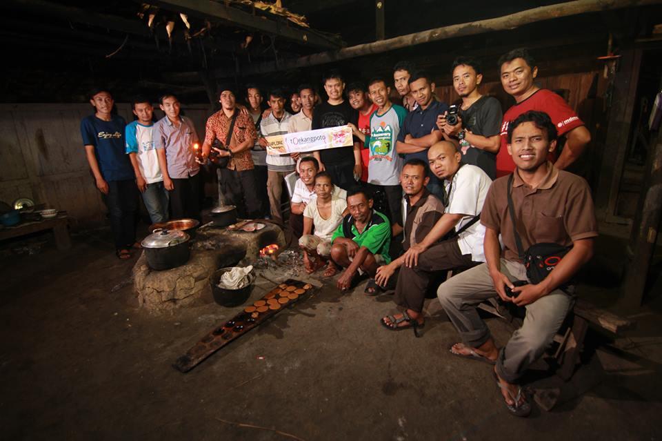 Bersama teman-teman komunitas tOekangpoto di rumah Lik Warni. (Foto: Bashith El Qudsi/tOekangPoto)