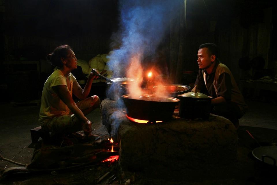 Bersama Lik Warni dan Mas Sri berdialog diatas tungku pembuatan gula jawa. (Foto: Teguh Prasetyo/tOekangpoto)