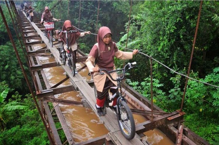 Jembatan di Karanganyar yang sempat viral. (Foto via efekgila.com)