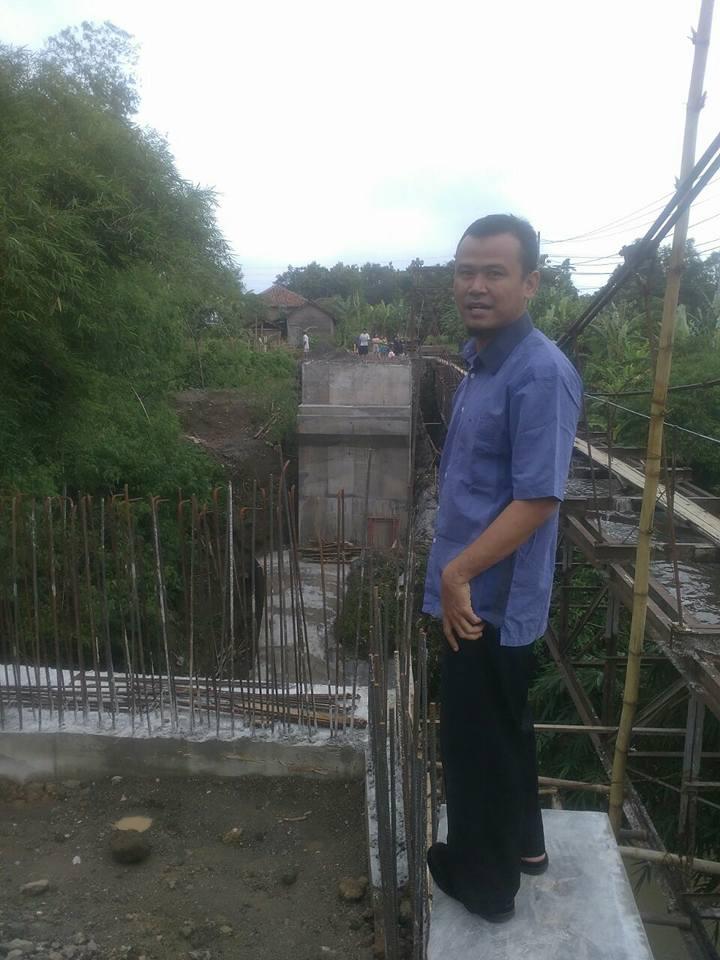 Saya saat meninjau proyek jembatan yang sempat viral tersebut.