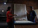 Proses pencetakan brem Wonogiri. (Foto: Wahyudi)